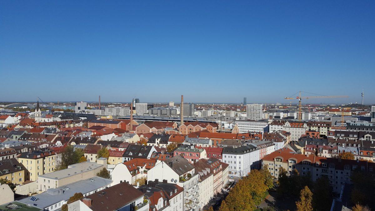 Entrümpelung und Umzug über Münchener Skyline